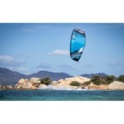 Kitesurfing with Ozone Catalyst V1